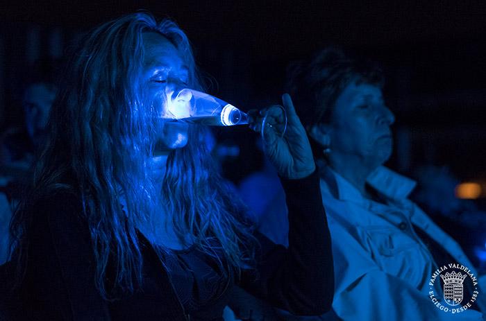 Bebiendo vino durante el maridaje estelar de Bodegas Valdelana (Elciego, País Vasco)