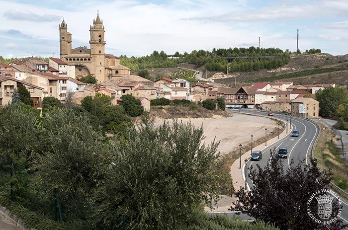 Carretera de entrada a Elciego (Rioja Alavesa, País Vasco)