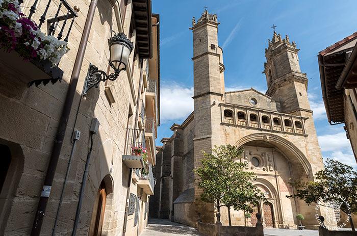 Fachada de la iglesia de San Andrés en Elciego (Rioja Alavesa, País Vasco)