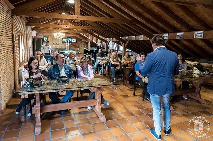 Juanje Valdelana recibe a unos visitantes en el ático de Bodegas Valdelana (Elciego, Rioja Alavesa)