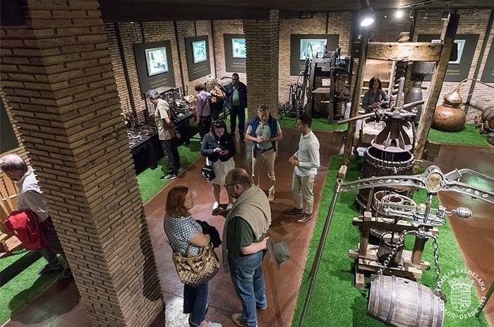 Herramientas y utensilios varios del mundo del vino en el museo de Bodegas Valdelana (Elciego, Rioja Alavesa)