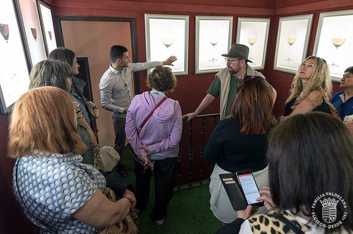 Visitantes en el museo del vino de Bodegas Valdelana (Elciego, Rioja Alavesa)