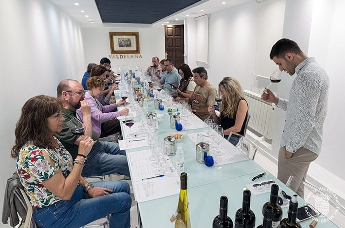 Catando vinos en Bodegas Valdelana (Elciego, Rioja Alavesa)
