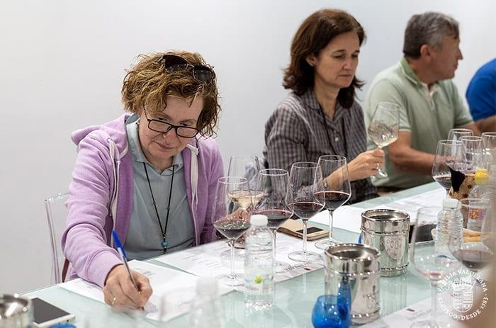 Carmen Garrobo en una cata profesional de Bodegas Valdelana (Elciego, Rioja Alavesa)