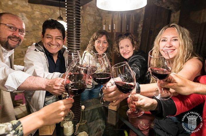 Brindando con un vino Valdelana en el bar Entre Viñas de Laguardia (Rioja Alavesa)