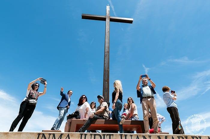 Visitantes junto a la cruz del Jardín de las Variedades de Bodegas Valdelana (Elciego, Rioja Alavesa)
