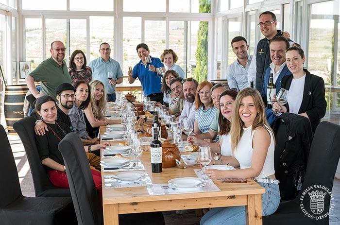 Grupo comiendo en el Jardín de las Variedades de Bodegas Valdelana (Elciego, Rioja Alavesa)
