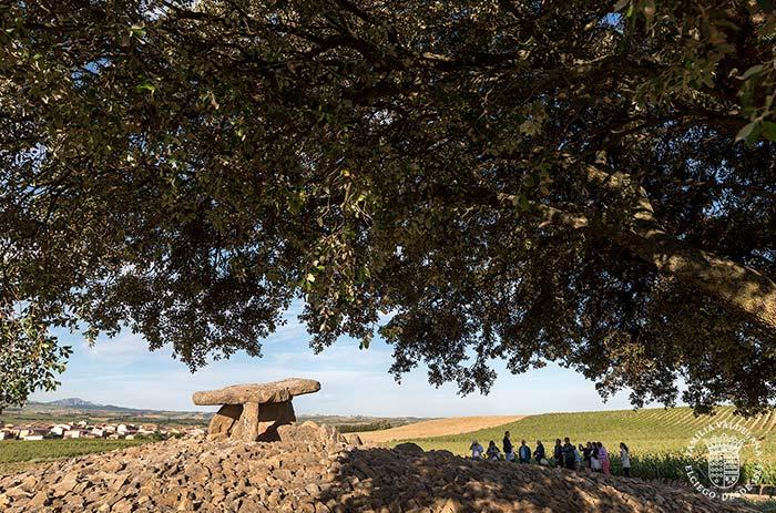 Turistas junto al dolmen de la Hechicera en Rioja Alavesa