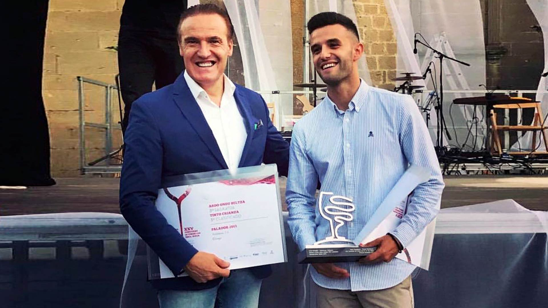 Juanje y Juan Valdelana recogen premios en la fiesta de la Vendimia de Rioja Alavesa 2018 (Elvillar)