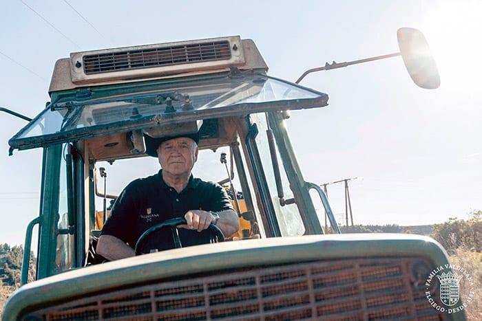 El abuelo Isidoro en el tractor en una escena del vídeo institucional de Bodegas Valdelana