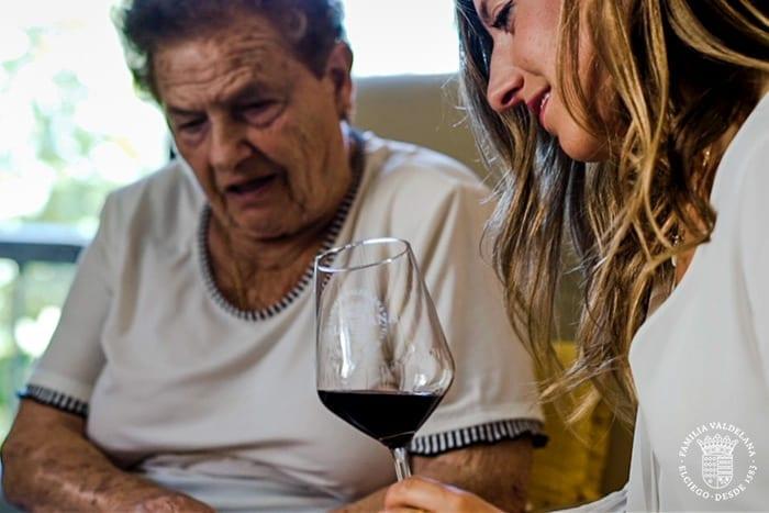 Judit y su abuela en una escena del vídeo institucional de Bodegas Valdelana