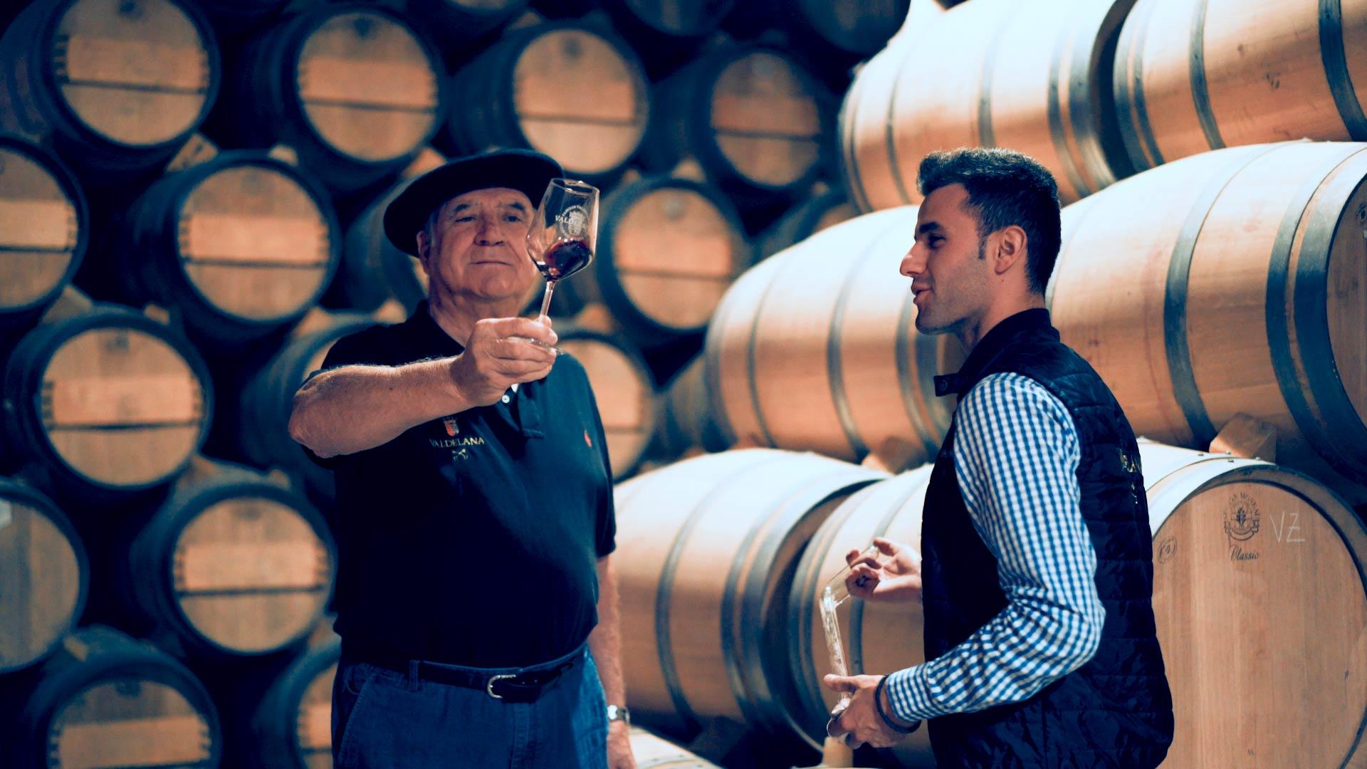 Isidoro y Juan en una escena del vídeo institucional de Bodegas Valdelana
