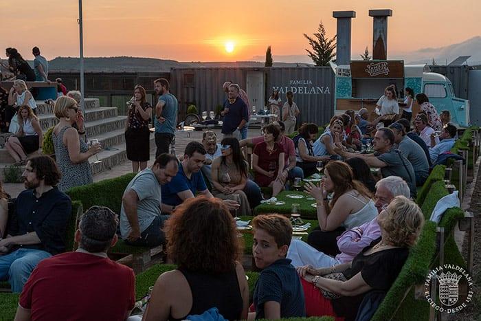 Cena durante el atardecer en el Jardín de las Variedades de Bodegas Valdelana (Elciego, Rioja Alavesa)