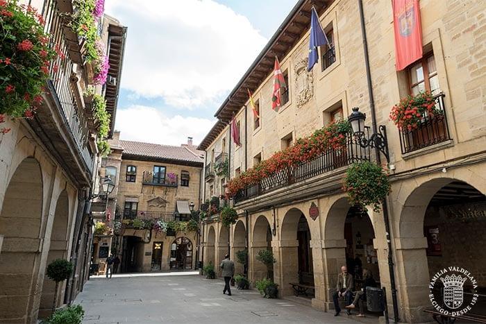 Ayuntamiento en la Plaza Mayor de Laguardia (Rioja Alavesa, País Vasco)