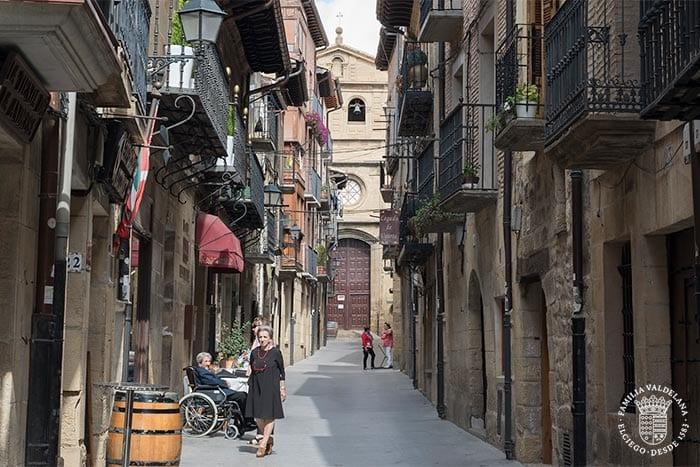 Calle de la iglesia en Laguardia (Rioja Alavesa, País Vasco)