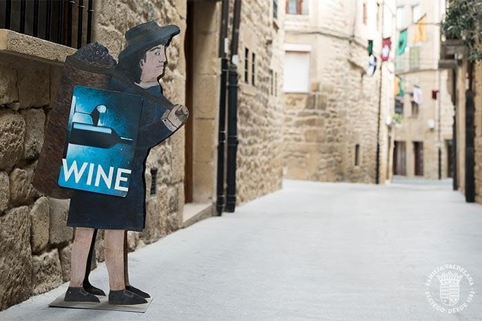 """Cartel de """"Wine"""" en Laguardia. El vino es uno de los elementos fundamentales en el desarrollo de esta localidad de Rioja Alavesa"""