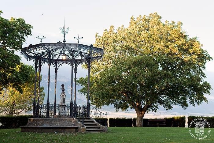 Estatua al fabulista Félix María de Samaniego en Laguardia (Rioja Alavesa, País Vasco)