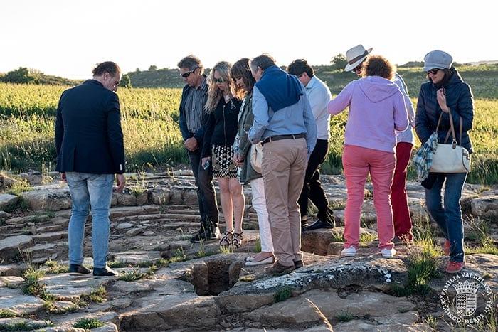 Turistas visitan una necrópolis en Rioja Alavesa