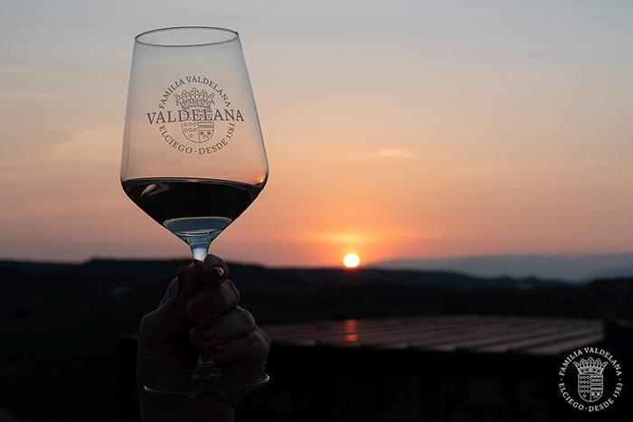 Disfrutando del atardecer con una copa de vino en Rioja Alavesa