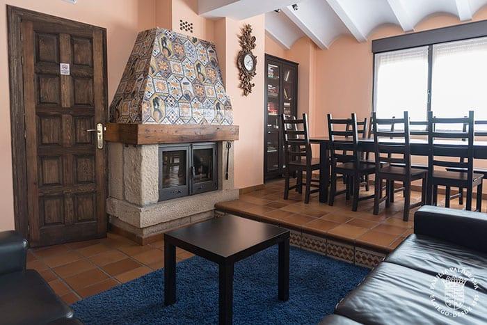 Salón social en la casa rural de Bodegas Valdelana (Elciego, Rioja Alavesa)