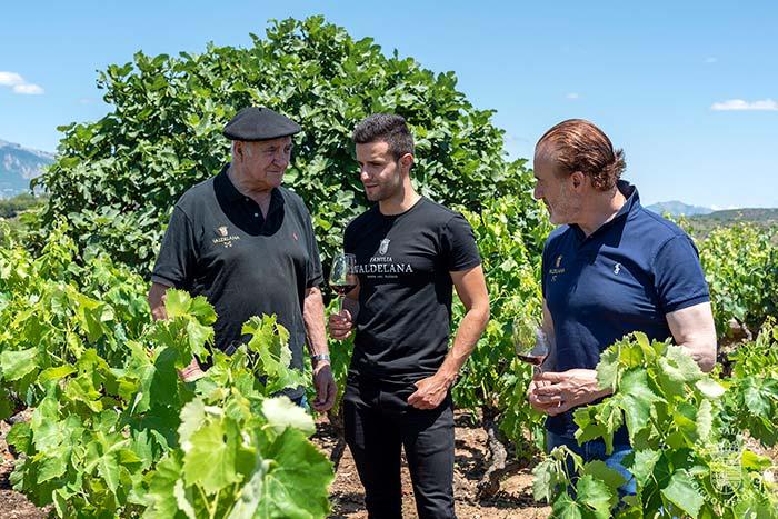 Isidoro, Juan y Juanje Valdelana en los viñedos, tres generaciones de Bodegas Valdelana