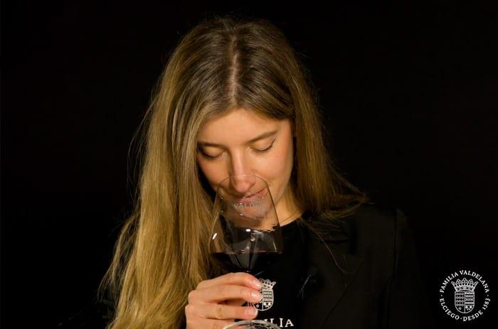 Oliendo el vino maceración carbónica de Bodegas Valdelana (Elciego, Rioja Alavesa)