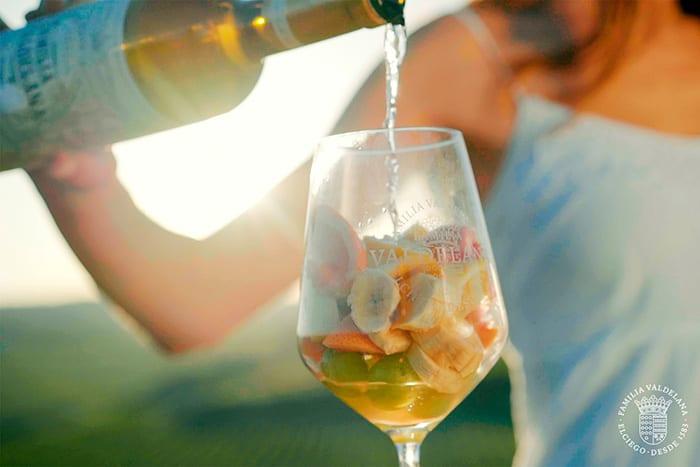 Copa de vino blanco semidulce de Bodegas Valdelana con plátano