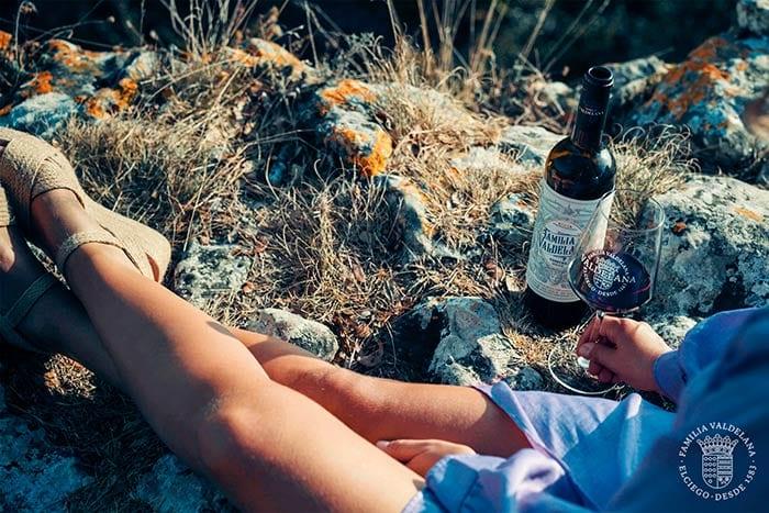 Bebiendo un vino tinto joven de Rioja en Rioja Alavesa
